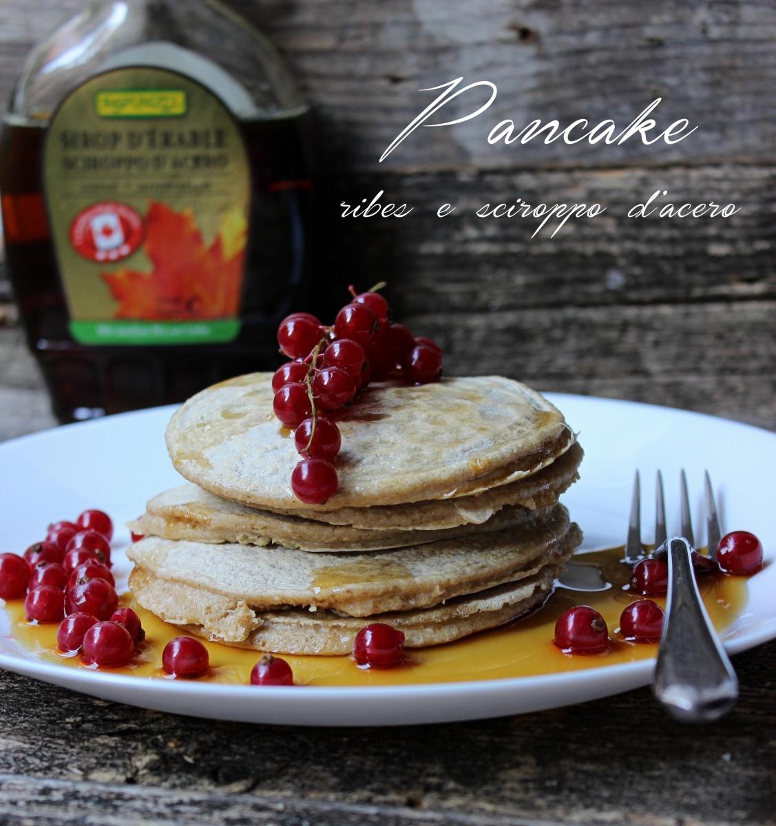 Pancake con sciroppo d'acero e ribes
