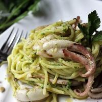 Spaghetti al pesto di prezzemolo con moscardini